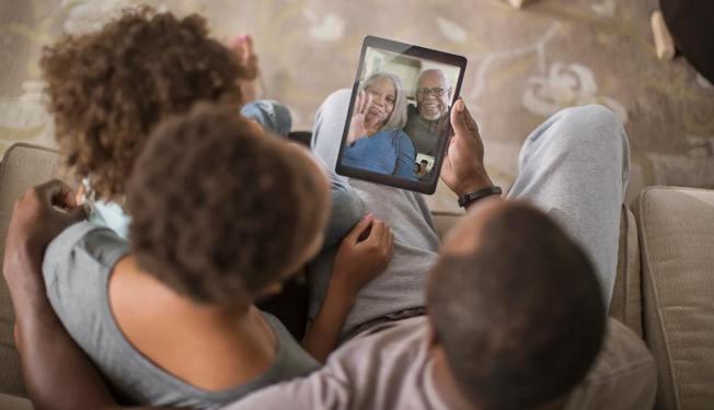 全美65歲以上的長輩中就有40%獨居,專家提醒民眾疫情期間保持社交距離的同時,也應該留意長輩的身心狀況,適時透過電話甚至郵件通訊。圖/取自AARP臉書