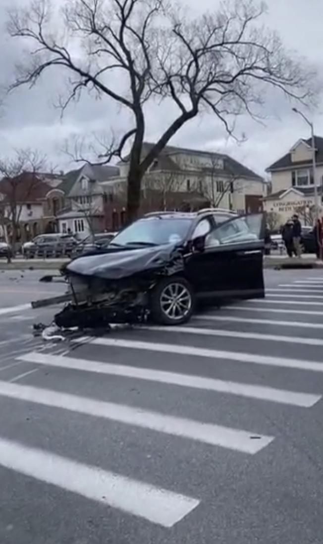 羊頭灣25日發生一宗五車連環相撞事故,所幸車禍未造成人員死亡,但兩名駕駛因受傷而送院治療。(視頻截圖)