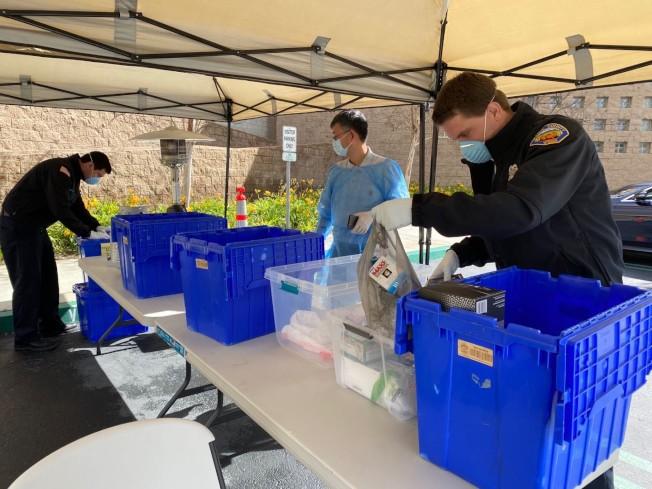 橙縣消防局接受社區捐助防護用品。(爾灣讀者提供)