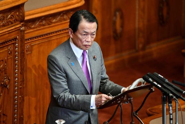 日本副首相麻生太郎26日表示,有人說WHO應改稱為CHO(中國衛生組織)。(Getty Images)