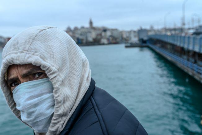 圖為伊斯坦堡街頭行人戴著口罩。(Getty Images)