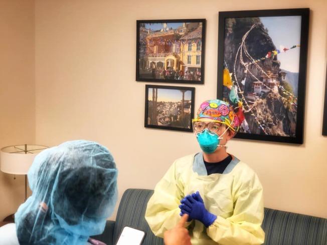 歐曉瑜身為麻醉科醫師,常需要替病患插管。(取自Michelle Au臉書)
