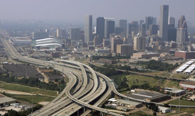 普查局最新資料顯示,德州人口成長迅速,休士頓是近十年來美國人口成長率最高的城市之一。圖為休士頓的城市景觀。(美聯社)