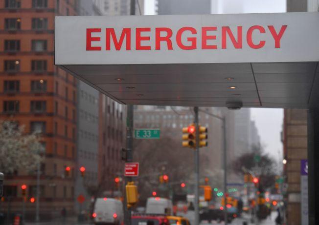 由於疫情緊急,許多醫院對重症病人放棄醫療,把資源用在搶救其他病人。(Getty Images)