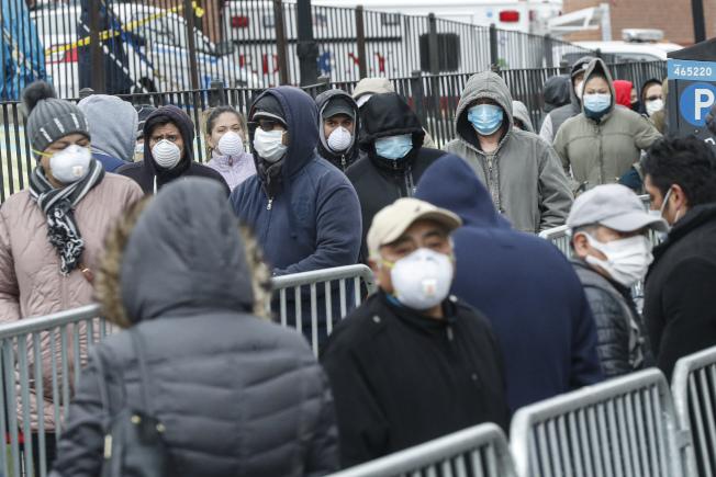 紐約疫情嚴重,儘管皇后區艾姆赫斯特醫院一天內有13名病人去世,民眾仍在在該醫院外大排長龍,等待檢測。(Getty Images)