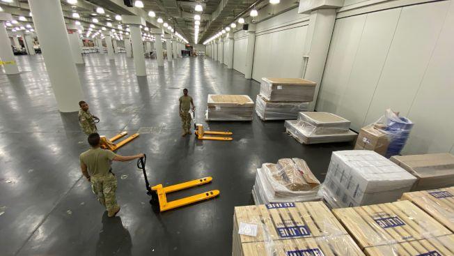 紐約市疫情全美最嚴重,圖為國民兵把緊急醫療物資運抵紐約,準備在賈維茨中心搭建野戰醫院。(Getty Images)