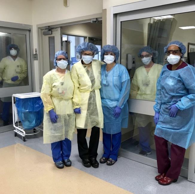 紐約加護病房的醫護人員穿著防護效果最差的防護服,沒有配戴防護鏡,反覆使用N95口罩。(亞美醫師協會提供)
