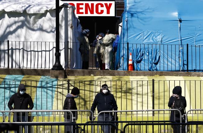 紐約疫情嚴重,皇后區艾姆赫斯特醫院一天內有13名病人去世,圖為該醫院在大樓外面搭建帳篷收治病患。(歐新社)