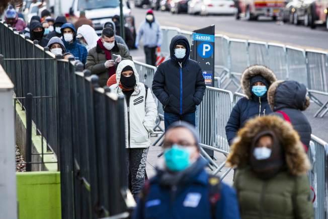 紐約疫情嚴重,儘管皇后區艾姆赫斯特醫院一天內有13名病人去世,民眾仍在該醫院外大排長龍,等待檢測。(Getty Images)