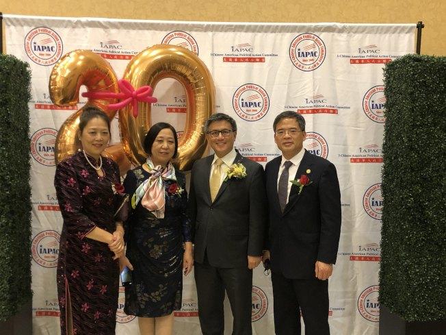 前加州財長江俊輝(右二)與民眾合影。(記者王若然╱攝影)