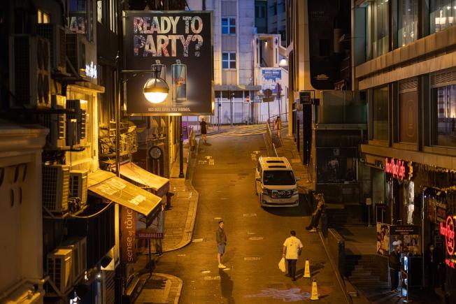 蘭桂坊酒吧連傳感染個案,全區入夜後行人稀疏。(歐新社)