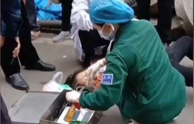 湖南一男子捅傷妻子,3人勸架又被捅死。視頻截圖