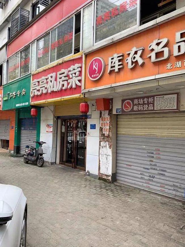 街頭有店舖已經拉開捲閘門恢復營業。(取材自北京青年報)
