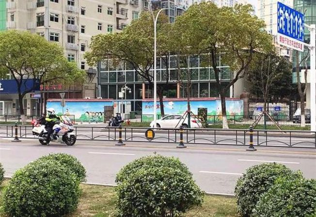 武漢街頭已能看到少量的行人、車輛。(取材自北京青年報)