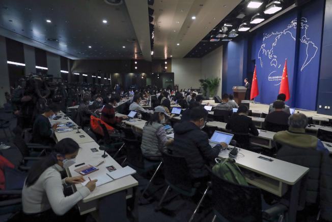 紐約時報報導,美國當局正在加強討論是否驅逐被指控主要從事間諜活動的在美中國媒體雇員。圖為中國外交部在北京的記者會。(美聯社)