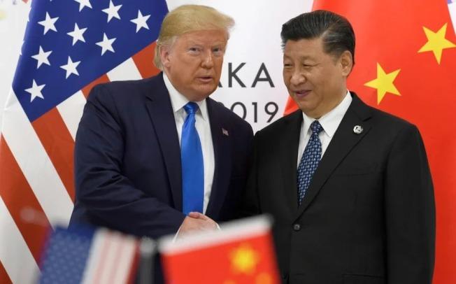 美國總統川普昨晚與中國國家主席習近平通話,兩人同意共同努力打擊病毒大流行。圖為兩國領袖去年10月在大阪會晤情形。(美聯社)