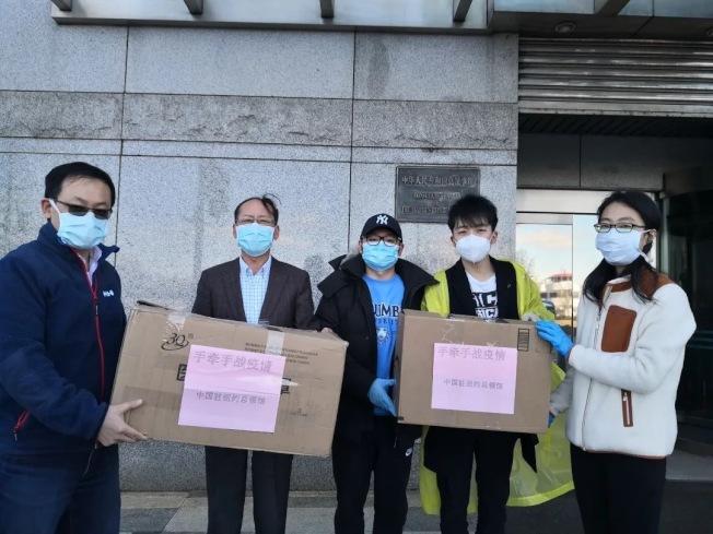 中國駐紐約總領事館向哥大學聯會捐贈口罩,幫助留學生更安全地應對疫情。(取自哥大學聯會微信公眾號)