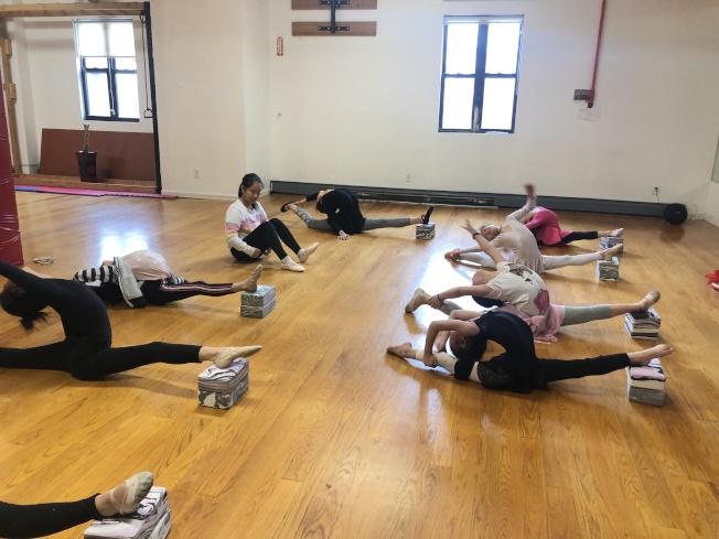 她說,舞蹈訓練對場地和教師的及時輔導要求很高,遠程教學很難實現。(蔺婉茹提供)