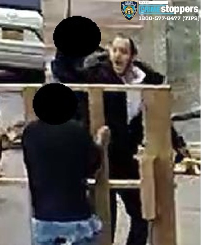 波羅園日前發生一宗隨機攻擊路人案件,一名成年男子在街頭遭人用不明噴霧噴灑臉部,再被推到一旁的鐵欄上身受重傷。(市警提供)