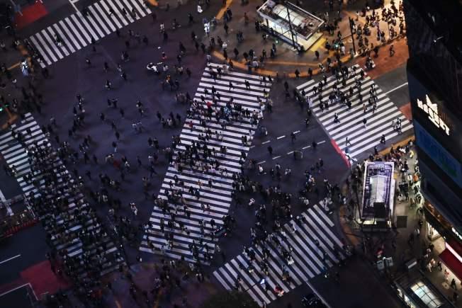 號稱世上最繁忙的澀谷街口仍有人潮。(Getty Images)