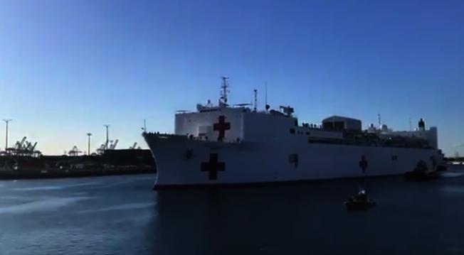 「仁慈號」醫療艦27日在聖彼渚港停靠。(取自賈西提推特)