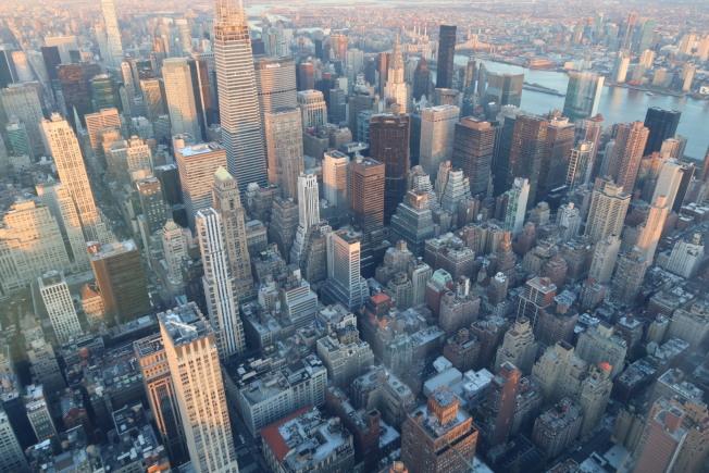紐約呼籲民眾今晚7時自發為疫情下的「必要工作者」鼓掌加油兩分鐘。(記者張晨/攝影)