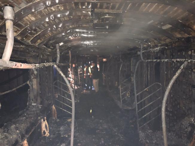 一列地鐵2號車行駛中車廂突起大火,一名司機殉職。(市消防局提供)