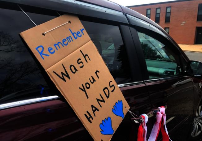 老師在車上貼出標語,提醒孩子和家長勤洗手,抵抗新冠疫情。(取自ABC)