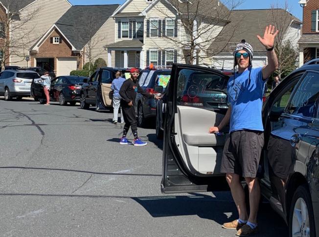 80多輛車形成「教師愛心車隊」,在學校關閉的情況下,遠望給學生加油打氣。(取自WTOP)
