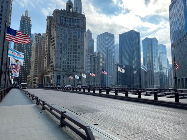 芝加哥市平時擠滿人潮與車流的密西根大道跨河鐵橋,因疫情緊繃完全沒有昔日熱鬧景象。(特派員黃惠玲/攝影)