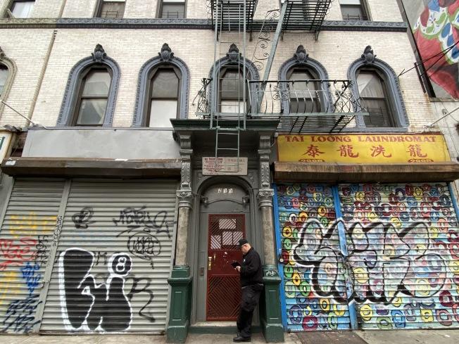 租客如有緊急維修需求,仍可撥打311或前往法庭,但市府員工上門檢查的時間恐將延長,圖為市樓宇局職工上門檢查租客房間停供熱水的情況。(本報檔案照)