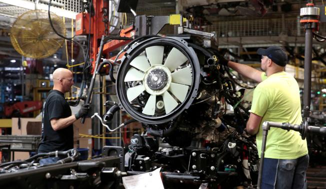 川普總統下令通用汽車加速生產呼吸器,圖為通用汽車的卡車生產線。(路透)