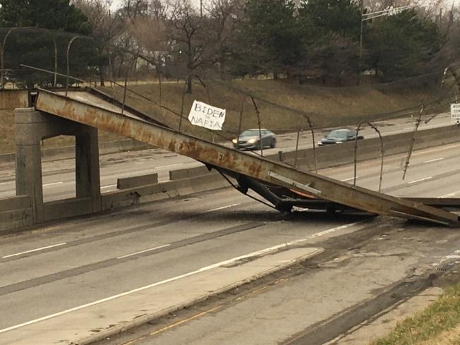 一輛卡車27日清晨在底特律地區撞上一座行人天橋,導致橋墩坍塌,部分橋段直接掉落至天橋下方的高速公路。(美聯社)