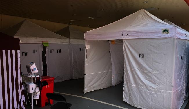比佛利醫院在急診科外搭建帳篷,為有流感症狀的病患進行初步檢測。防止其直接進入急診室大廳,造成可能的交叉感染。(記者陳開/攝影)
