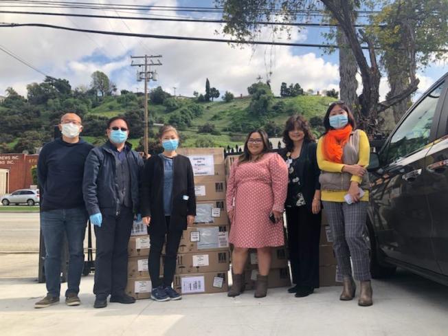 為幫助醫院渡過口罩荒。南加華人團體向比佛利醫院捐贈口罩。圖為醫院護士長曾曉琳(右二)代表醫院接收口罩。(比佛利醫院提供)