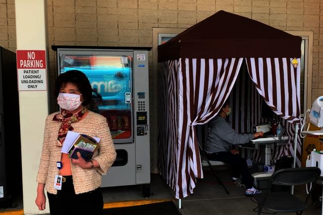 比佛利醫院首席執行長陳素娟在一線巡視。(記者陳開/攝影)