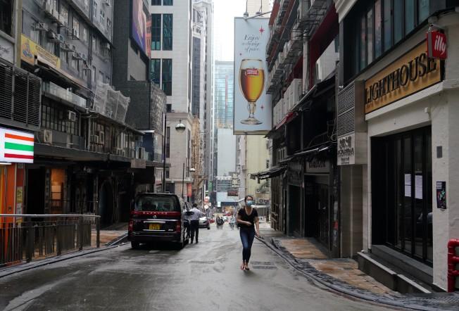 蘭桂坊主席盛智文說,新冠肺炎疫情的衝擊比SARS時更嚴重。圖為冷冷清清的蘭桂坊。(中通社)