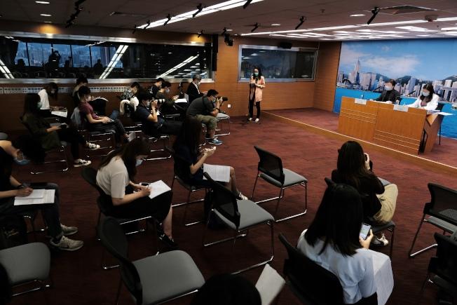 香港27日新增65宗新冠肺炎確診個案,創單日增長新高。(中通社)