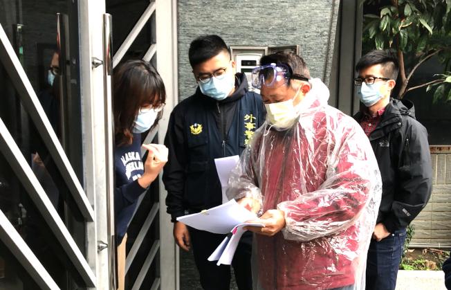 居家檢疫人數攀升,中央流行疫情指揮中心表示,為防病毒進到社區,即使看病、奔喪都不行。圖為警方手機定位管控檢疫對象(示意圖,非新聞當事人)。(圖:新北市府提供)
