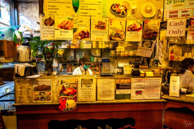 疫情下的華埠餐廳,食客寥寥,菜單減半。(記者張晨/攝影)
