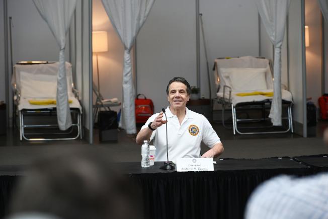 葛謨在賈維茨中心宣布即將再在紐約市四區內建設四處臨時醫院。(州長辦公室提供)