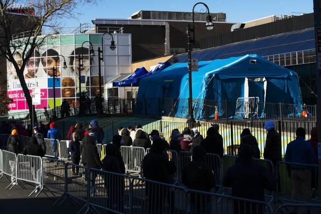 纽约疫情严重,皇后区艾姆赫斯特医院一天内有13名病人去世,图为该医院在外面搭帐篷收治病患。(Getty Images)