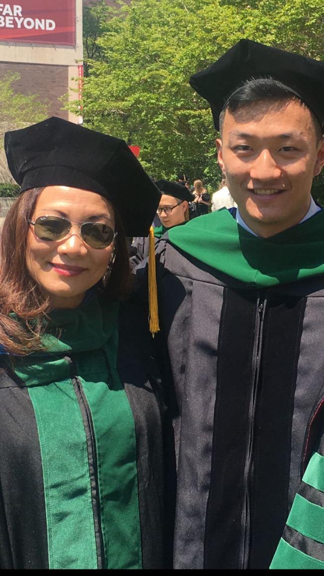 周秋萍(左)與兒子(右)都在前線救治新冠肺炎的患者;圖為周秋萍的兒子醫學院畢業。(周秋萍提供)
