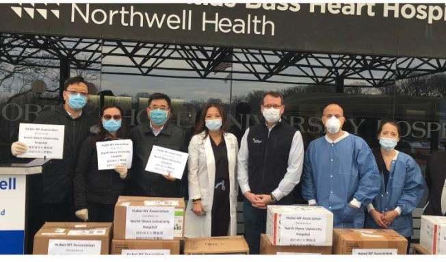 周秋萍(左四)感謝華人愛心團體的捐贈。(本報檔案照)