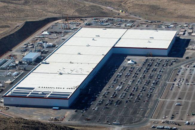 疫情衝擊Tesla,該公司位於內華達的超級電池廠(見圖),宣布裁員75%。(Getty Images)