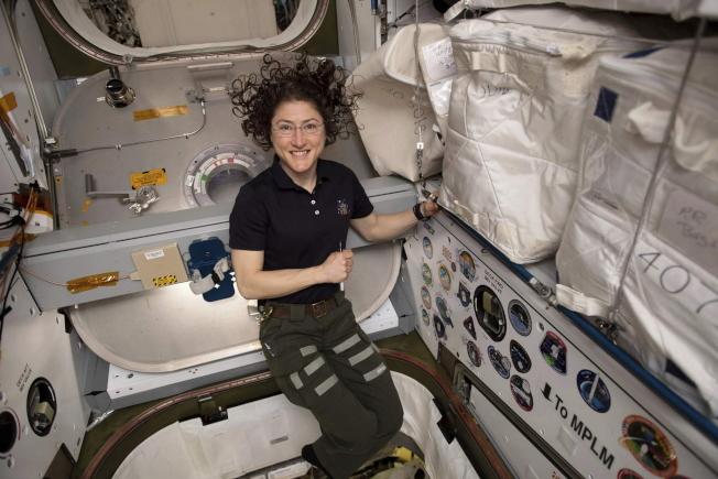 2019年6月,太空人Christina Koch在SpaceX Dragon貨船和國際空間站的Harmony模塊之間的前廳裡擺姿勢拍照。她的328天任務是女性有史以來最長的任務。(NASA提供)