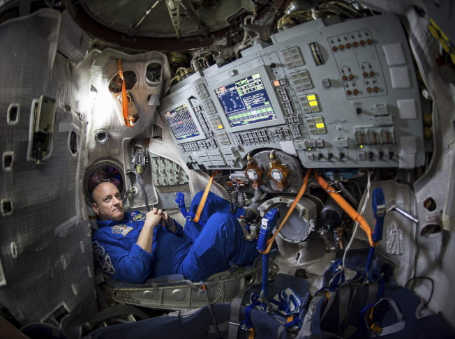 太空人Scott Kelly坐在俄羅斯星城加加林宇航員培訓中心(Gagarin Cosmonaut Training Center, GCTC)的聯盟號模擬器中。(NASA提供)