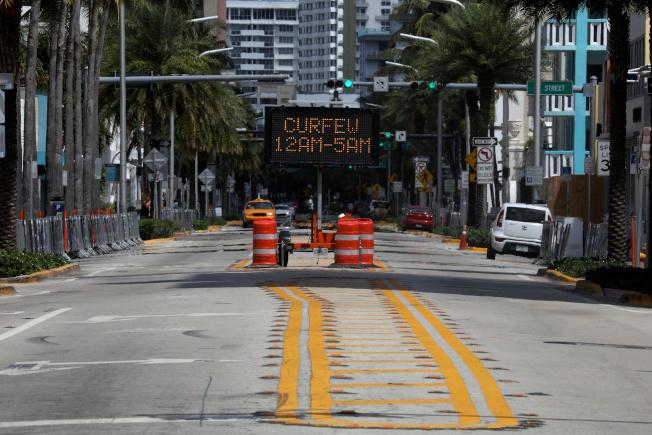 邁阿密實施宵禁,原本熱鬧的邁阿密灘,市容已經改觀。(路透)