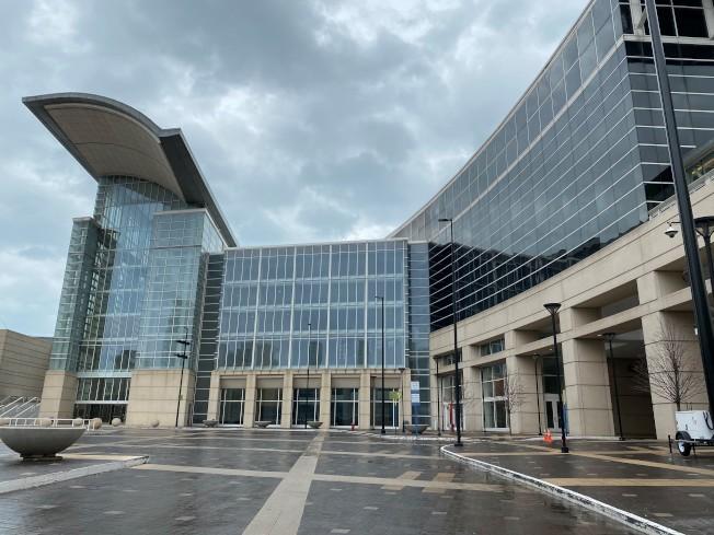 麥克米克展覽中心將改成可收治3000名新冠患者的醫院。(特派員黃惠玲/攝影)