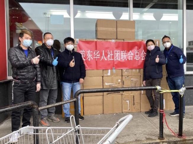 美東華人社團聯合總會日前委託市議員紀思庭,將首批抵達紐約的3萬個口罩分發給各市府機構。(該會提供)